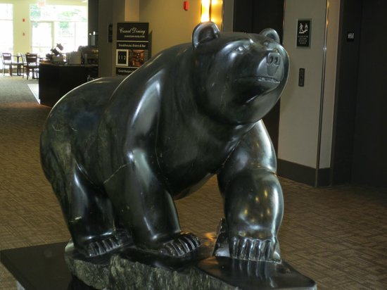 Best Western Plus Revelstoke: Bear sculpture near check-in