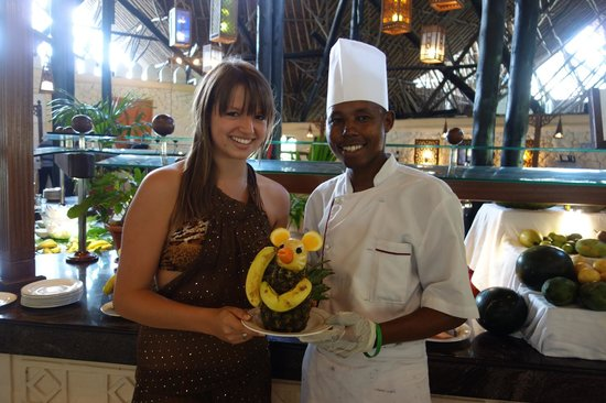 Southern Palms Beach Resort : Geoffrey, the fruit chef and our daughter