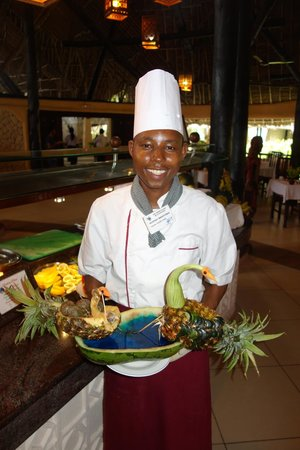 Southern Palms Beach Resort : Geoffrey with a fruit creation!