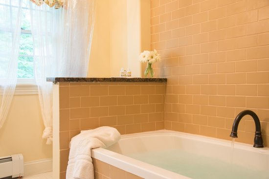 Caldwell House Bed and Breakfast: Harmony Hill Room Jacuzzi