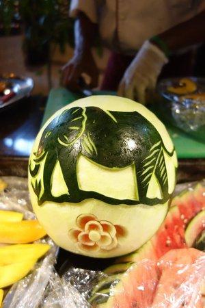 Southern Palms Beach Resort : geoffrey's fruit carving skills
