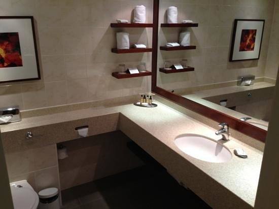 London Marriott Hotel Regents Park: Clean and large bathroom