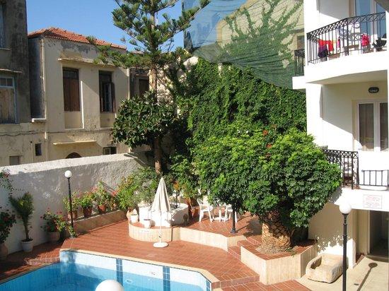 Fortezza Hotel : Zwembad met groene accenten
