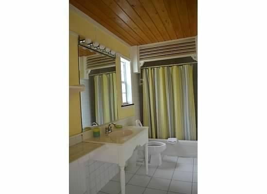Orange Hill Beach Inn: bathroom