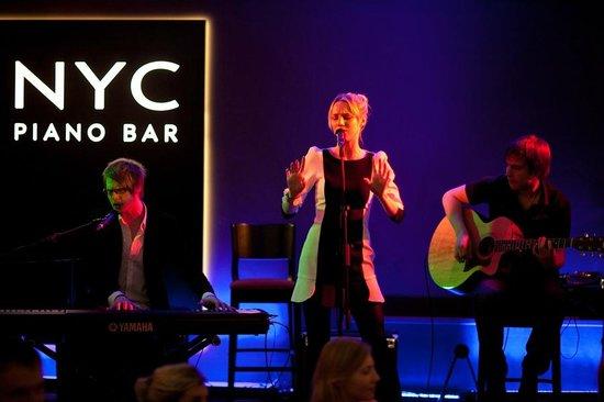 NYC Piano Bar: Good Music & Dancing