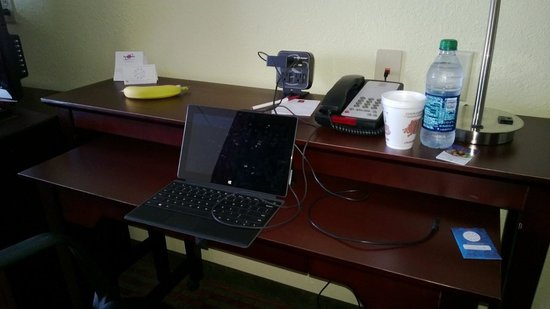 Comfort Suites Mount Juliet: small desk