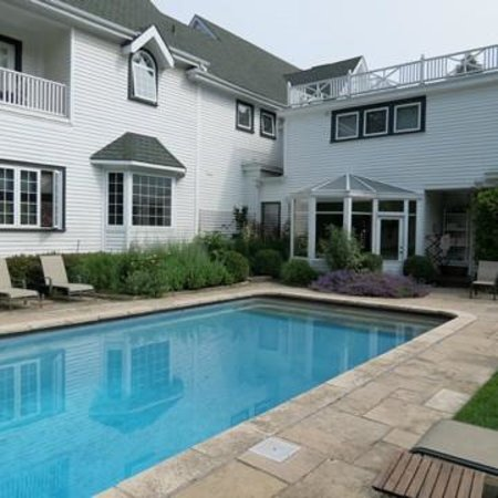 Lakewinds Country Manor: Heated pool