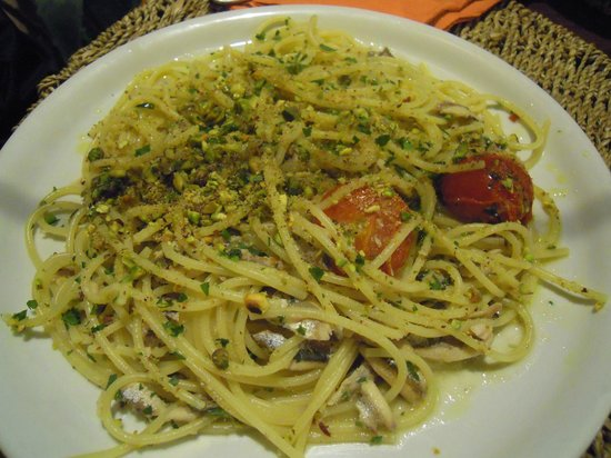 OSTERIA DELLE GRAZIE: Spaghetti con alici, pachino e pistacchi