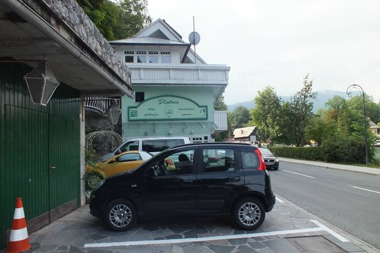 Pension Pletna: Parking at side of hotel. Ring road around lake but very quite