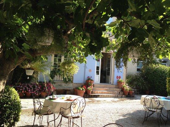Hôtel Lou Cagnard : Giardino e colazione