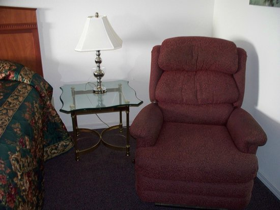Ocean View Inn & Suites: Recliner and very nice glass table