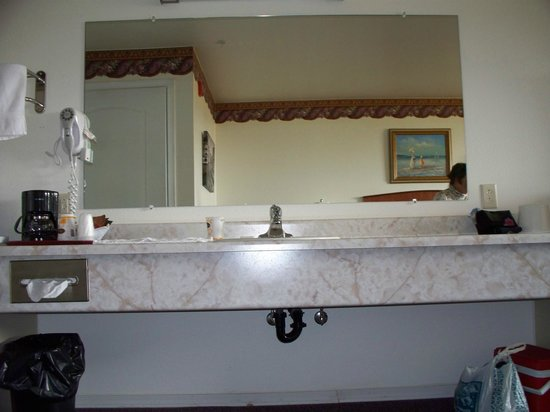 Ocean View Inn & Suites: Huge counter and sink, good lighting