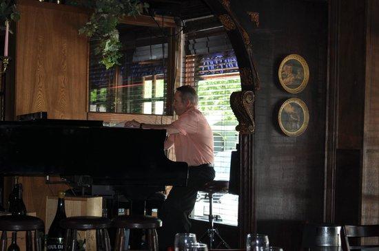 Saint Martin's Wine Bistro: Piano Bar