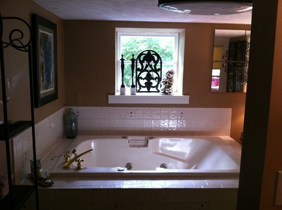 Red Bud Manor: HUGE jacuzzi tub