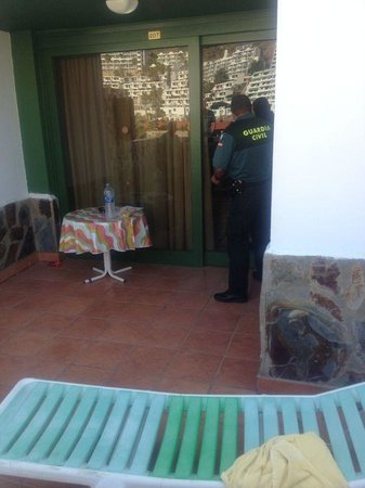 Parque Raquel : Police checking over our room after theft