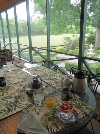 Goose Creek Farm Bed and Breakfast: Breakfast on the porch
