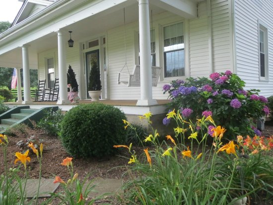 Goose Creek Farm Bed and Breakfast: The front porch