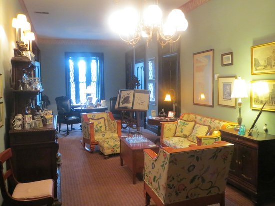 Inn at Woodhaven: The upstairs salon