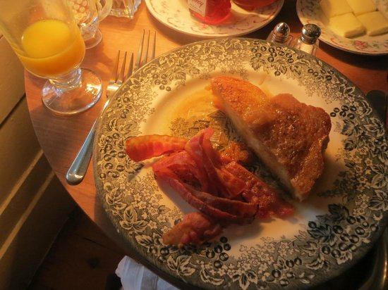 Inn at Woodhaven: Caramel French toast, bacon, OJ, coffee, and fruit...yum!