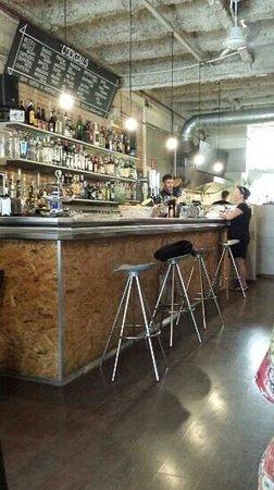Cuatro Bar Barcelona : vue du bar et des cuisines en arriere plan