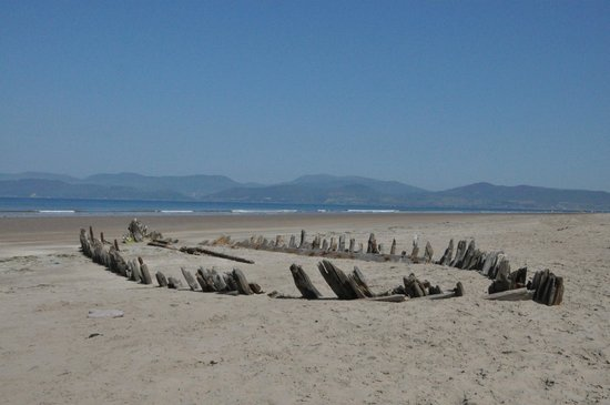 Glenross Camping & Caravanning Park: The old shipwreck at Rossbeigh Beech
