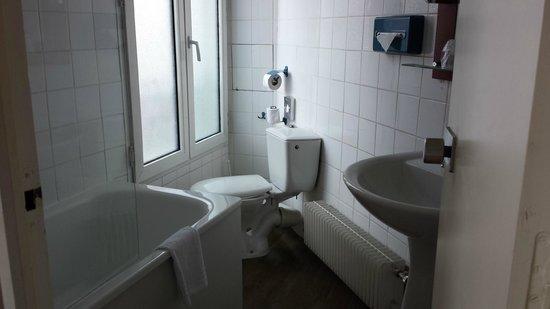 Timhotel Paris Gare Montparnasse : A shaped bathroom