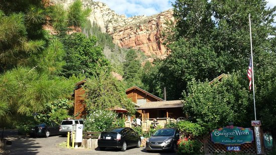 The Canyon Wren - Cabins for Two : Pulling into The Canyon Wren from Hwy 89A