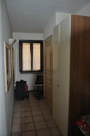 Carpediem Assisi Living Club: detras de la ventana un muro y arriba de este pasa gente, nivel de la calle por encima del muro