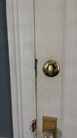 Palmer's Pinckney Inn: Dirty door jambs