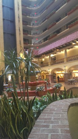 Embassy Suites by Hilton Hotel Kansas City - Plaza: Lobby and fountain