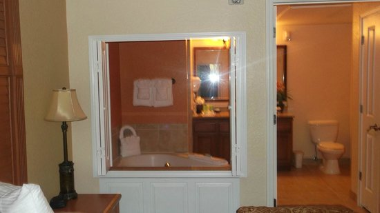 Floridays Resort Orlando: View of the master bathroom from the bedroom
