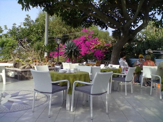 Hotel Maronti : Tavoli all'aperto