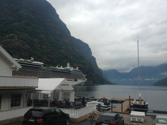 Flam Marina and Appartement Cafe: Outdoor seating area with view of fjord
