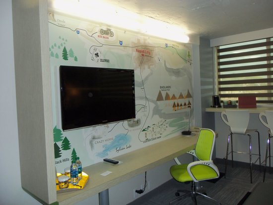The Rushmore Hotel & Suites: Map Mural, nice desk
