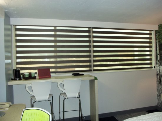 The Rushmore Hotel & Suites: Cool blinds, bar area in room