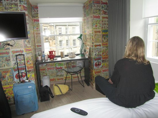 Grassmarket Hotel: Writing area of our corner room, comics all around