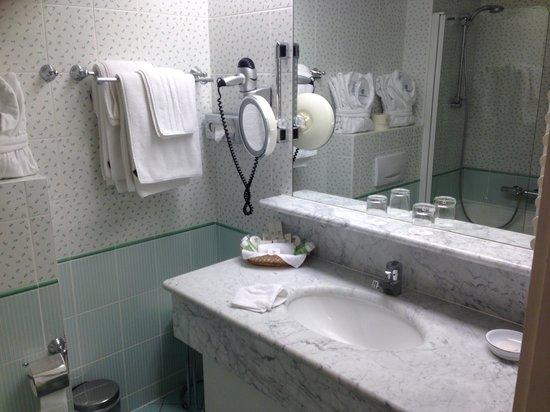 Domaine De Chateauvieux: La salle de bain