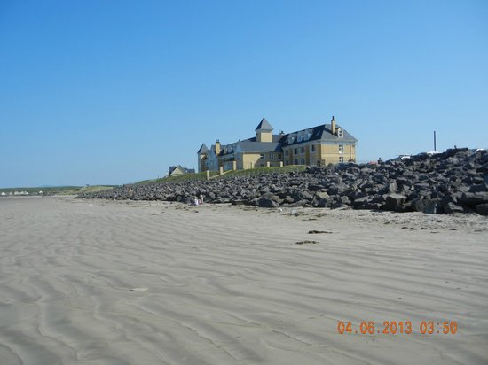Sandhouse Hotel: SanHouse Inn ( view from Roslownagh Beach )