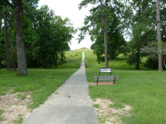 Ocmulgee National Monument: path to earth Lodge