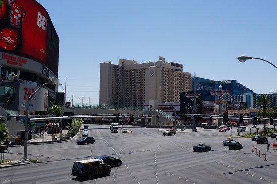 โปโลทาวเวอร์รีสอร์ท: View of the building from the strip