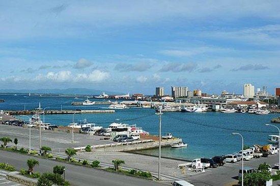 Hotel Peace Island Ishigaki in Yashima : 5階客室から離島ターミナル方面の景色。手前のボートはダイビングボートです。