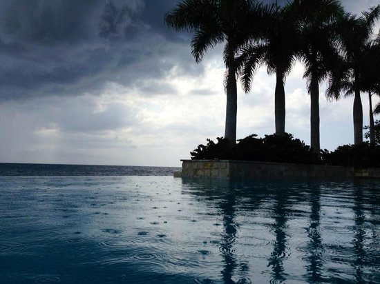 Round Hill Hotel & Villas: Infinity Pool and afternoon rains