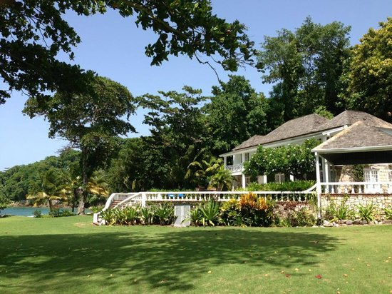 Round Hill Hotel & Villas: Spa facility, pool and outdoor yoga porch