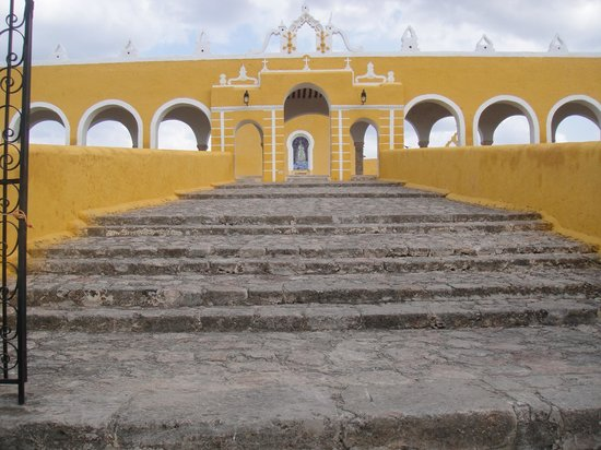 El Atrio del Convento de Izamal: Outside of the convent, walking up the stairs (there is a ramp for those in a wheelchair)