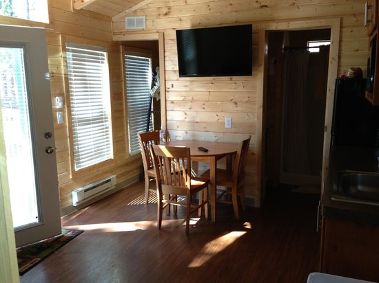 Mount Rushmore KOA at Palmer Gulch Resort : Deluxe cabin interior