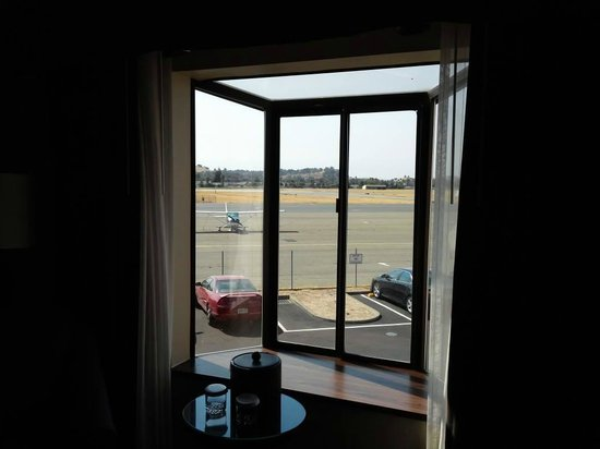 Crowne Plaza Concord : pop out window