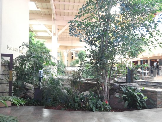 Crowne Plaza Concord: atrium court yard