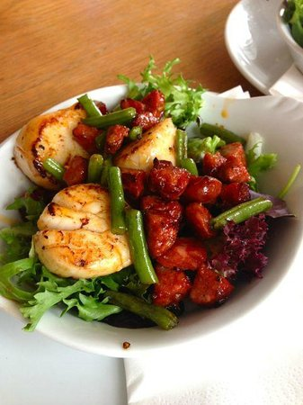Glenisle Restaurant: Pan seared scallops with chorizo and french bean salad, starter size