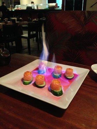 Ryori: Sashimi salmão flambado com brie e geléia de pimenta