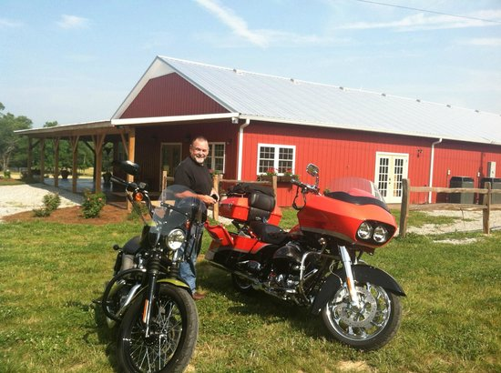 Buffalo River Farm and Studio Bed and Breakfast: motorcycles in front of B&B